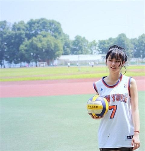 Cô sinh viên đam mê bóng rổ của trường đại học Vũ Hán, Huang Can Can đang tạo nên cơn sốt trong cộng đồng mạng