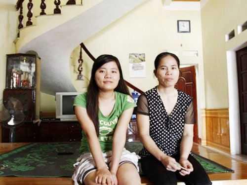 Hai mẹ con Thảo trong căn nhà đang rao bán