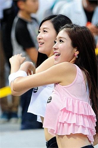 Hai cô gái xinh xắn đang thu hút mọi sự chú ý từ khán đài.