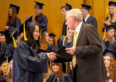 Thầy hiệu trưởng Kelly (trường John F Kennedy) trao bằng tốt nghiệp (hết lớp 12) cho Anh Thơ.