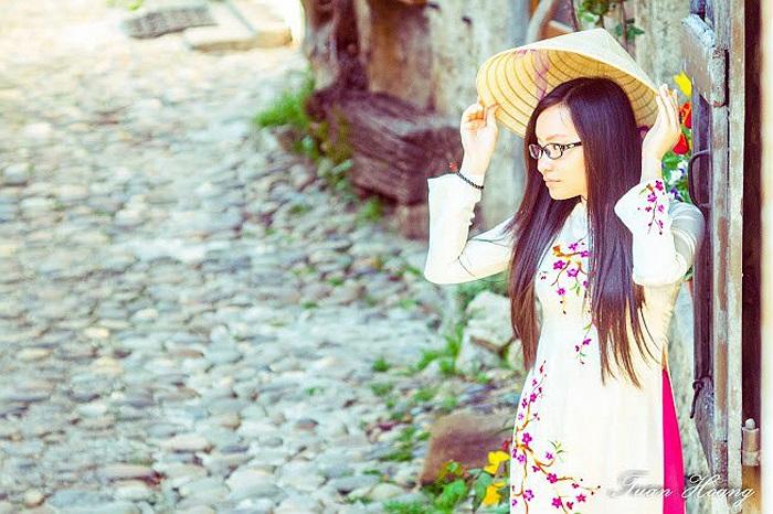 Cô nữ sinh Việt Nam duyên dáng trong tà áo dài truyền thống trong ngôi thành cổ đại của nước Pháp
