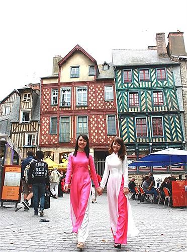 Rennes thơ mộng hơn cùng tà áo dài
