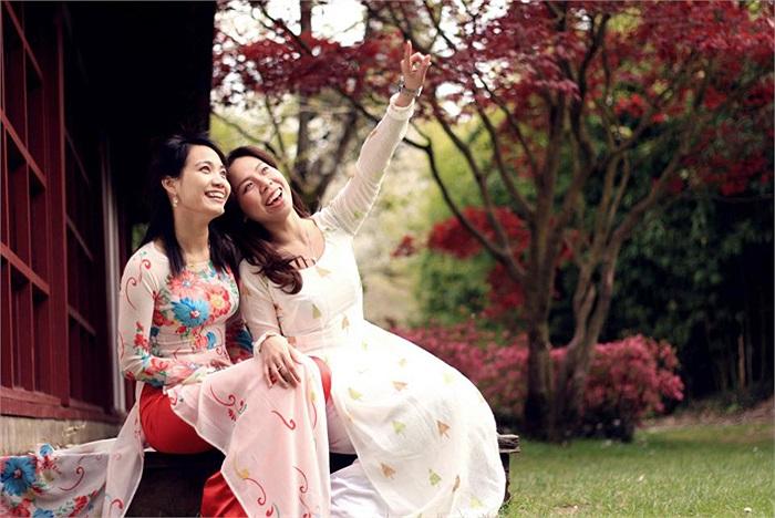 Hai mẫu nữ ngồi trước thềm nhà ngắm hoa anh đào rơi, nụ cười tươi duyên dáng chỉ lên cây mỗi khi có làn gió thổi qua làm hoa rơi rụng trắng cả sân vườn; những vệt nắng chiếu qua hàng cây càng làm cho khung cảnh trở nên dịu dàng và nhẹ nhàng