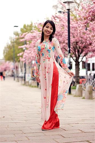 Nữ sinh Việt khoe áo dài thướt tha trên con đường đầy hoa