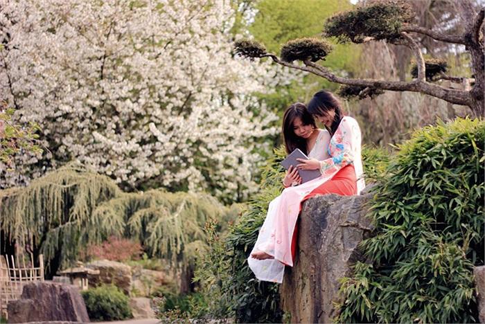 Bảo Yến- Hoàng Thúy cùng nhau trò truyện giữa khung cảnh thiên nhiên thơ mộng
