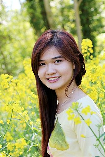 Nữ sinh Bảo Châu: Mỗi lần mùa hoa cải đến, nhìn những cánh đồng hoa cải vàng rực nơi đây chợt nhớ về những cánh đồng lúa chín vàng mùa gặt ở quê nhà. Ôi! Việt Nam luôn ở mãi trong tim ta