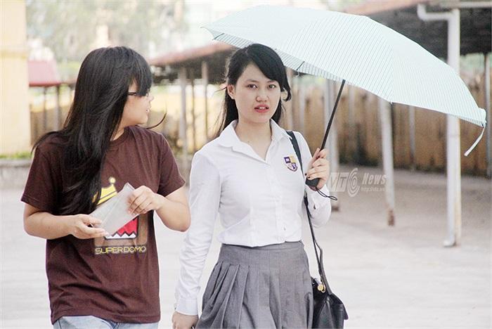 Nữ sinh trường THPT Olympia duyên dáng trong bộ đồng phục của trường