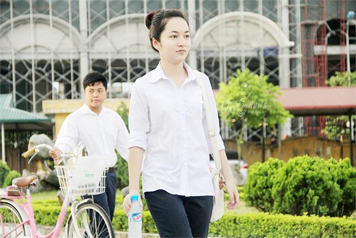 Nữ sinh xinh đẹp tại hội đồng thi trường THPT Trung Văn (Hà Nội) tự tin bước vào trường thi