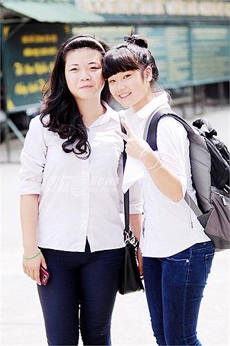 Cô bạn nhí nhảnh chụp cùng người bạn thân của mình sau khi kết thúc môn thi