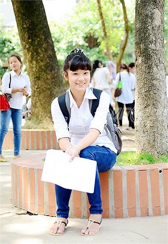 Sau khi kết thúc môn Toán, Hoàng Yến vui vẻ chia sẻ: Hy vọng em sẽ đạt điểm tối đa vì đề thi năm nay khá dễ, học sinh trung bình cũng có thể làm được.