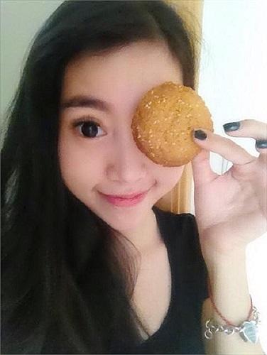 Elly Trần tự tay làm bánh tặng độc giả may mắn.