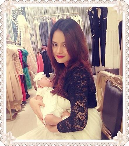 Vũ Thu Phương khoe ảnh mang cô con gái cùng tới công ty làm việc.