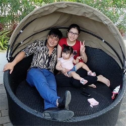 Diễn viên Minh Tiệp bên vợ và con gái.