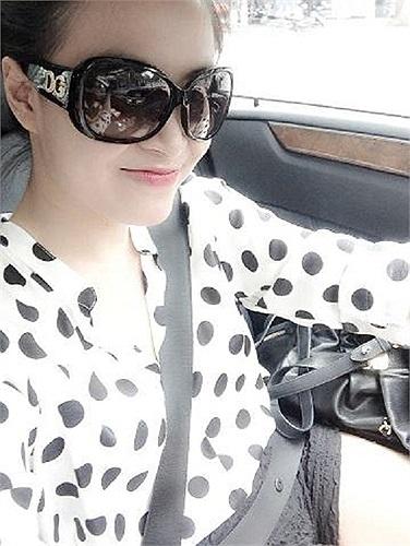 Hoàng Thùy Linh và bức ảnh đẹp chụp trong xe hơi.