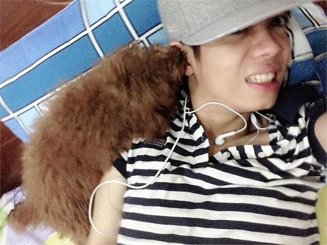 Bùi Anh Tuấn và chú thú cưng của mình.