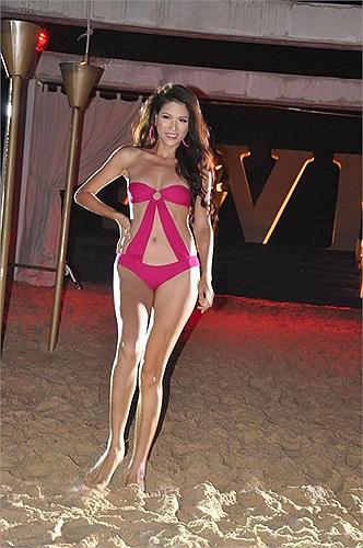 Trang Trần diện bikini biểu diễn.