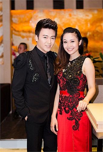 Là những người bạn ở ngoài đời, Thùy Linh và Phan Anh tỏ ra khá thân thiết khi gặp nhau tại một sự kiện.