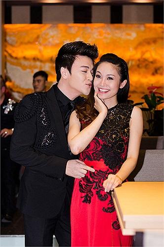 Phan Anh bất ngờ đặt nụ hôn lên má Thùy Linh khiến cô nàng bối rối.