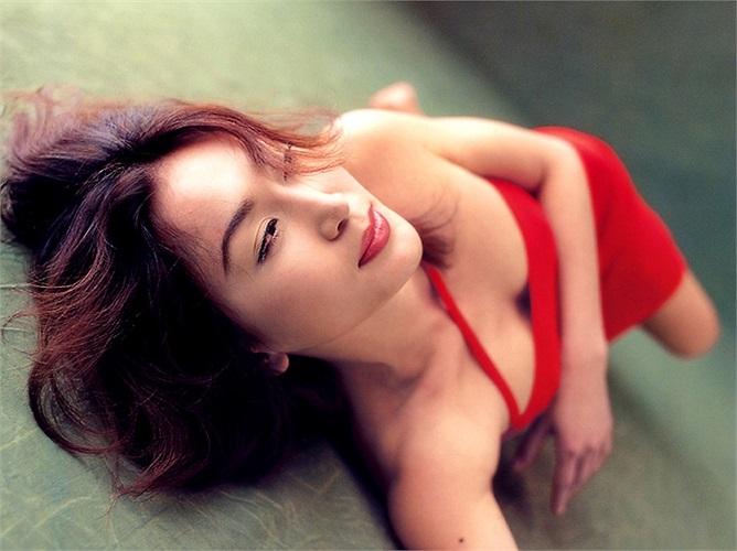 Vào nghề diễn viên từ năm 15 tuổi, Ôn Bích Hà được mệnh danh là 'bông hồng lửa' trên màn ảnh Hong Kong.