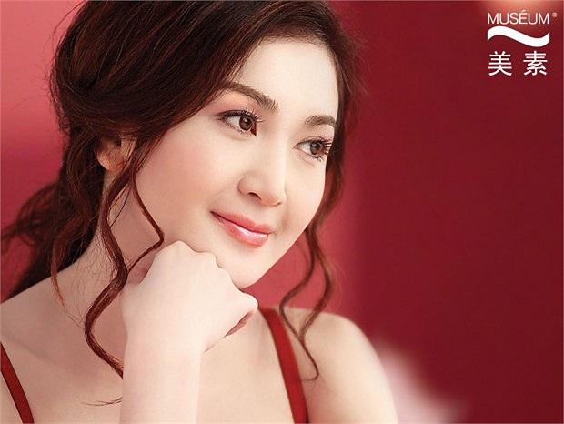 Cô tích cực tham gia các hoạt động của showbiz Hoa ngữ.