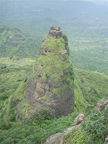Để đến được đỉnh núi, cách duy nhất là leo lên con đường ruột dê được tạo thành từ những bậc thang đẽo vào vách núi.