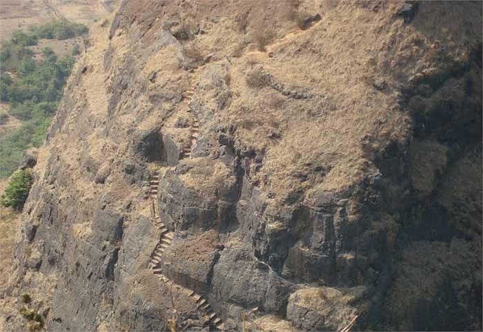 Không thể ngờ rằng nhiều thế kỷ trước tại đây người ta đã xây dựng được cả một pháo đài.