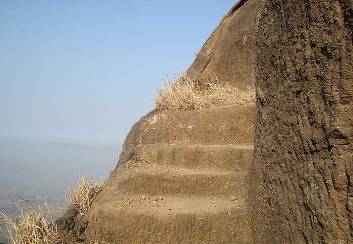 Những bậc thang tương đối hẹp với độ dốc lớn là cả một thách thức đối với những khách tham quan muốn tiếp cận đỉnh núi này.