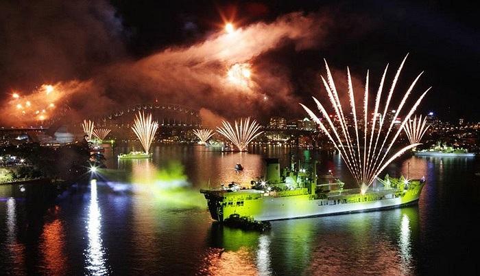 Các chiến hạm ở cảng Sydney sáng bừng trong màn trình diễn ánh sáng