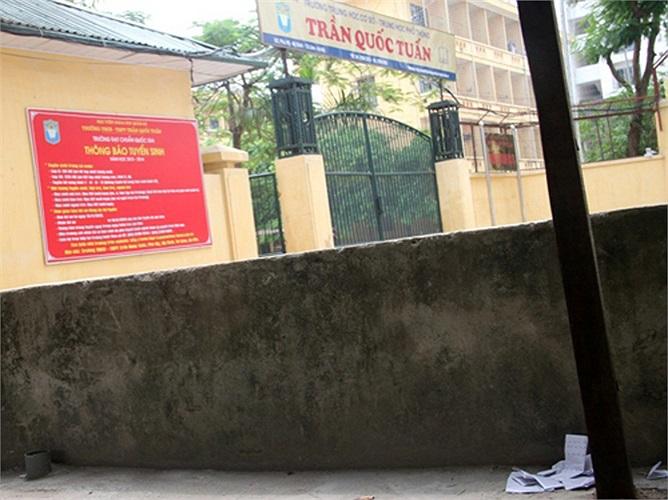 Bên ngoài trường THPT Trần Quốc Tuấn cũng rải rác phao thi.