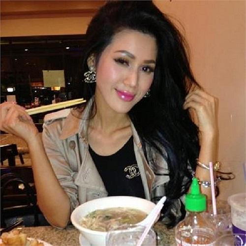 Maria Đinh Phương Ánh làm điệu cả khi ăn mỳ.