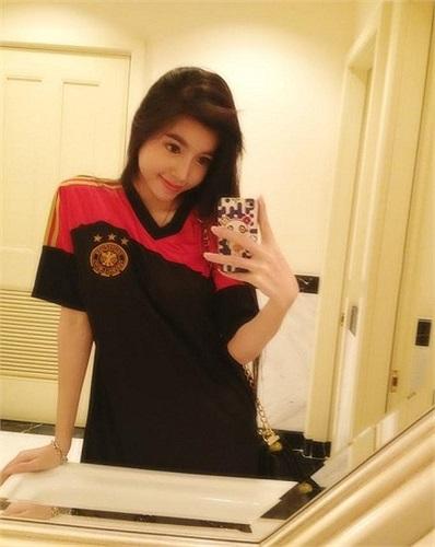 Elly Trần ăn mặc kín đáo.
