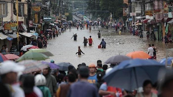 Đám đông cùng nhau vượt lũ đến nơi khô ráo ở khu vực Marikina, phía Đông Manila