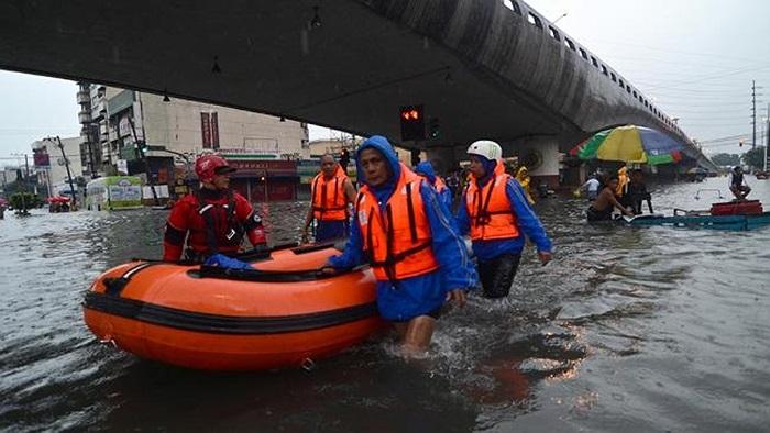 Đội cứu hộ thành phố làm việc trong mùa nước lũ