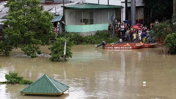Người dân nhìn cảnh nước sông Marikina đang dâng lên từng giờ