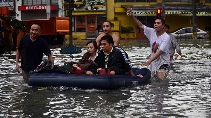Những chiếc bè tạm của người dân Manila dùng di chuyển trên phố ngày lũ