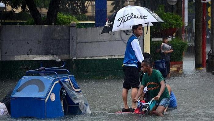 Các phương tiện gần như biến mất trong biển nước Manila