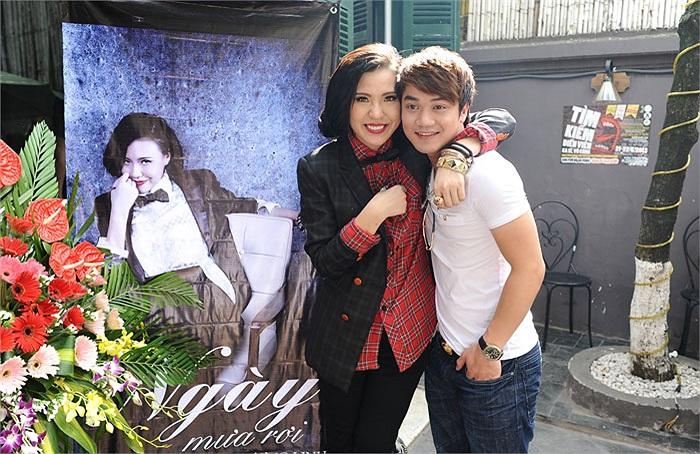 Phương Linh vui vẻ bên học trò Hà Hồ, ca sĩ Hồng Dương.