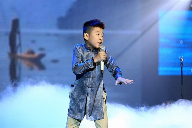 Trong vòng liveshow, Ngọc Duy mờ nhạt hơn so với Phương Mỹ Chi và Quang Anh nhưng cậu bé vẫn có những tiết mục thể hiện tốt.