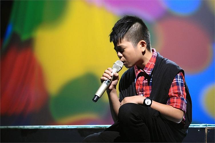 Quang Anh có nhiều thành công mới, tỏa sáng với ca khúc Chiếc khăn Piêu từng nổi danh với ca sỹ Tùng Dương trong liveshow đầu tiên.