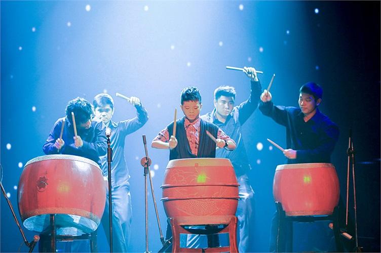Và trong liveshow 4, Quang Anh tiếp tục làm sân khấu bùng nổ vớica khúc Sắc màu. Đây là ca khúc không dễ hát nhưng điều bất ngờ là Quang Anh đã thể hiện cảm thụ âm nhạc nhạy bén, chuyển tông nhiều lần một cách vững vàng. K