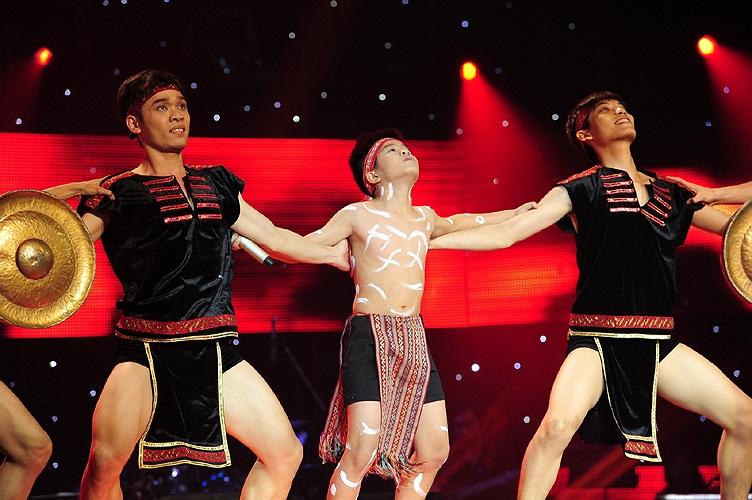 Cậu bé còn có phần nhảy cùng các vũ công những điệu nhảy ấn tượng.