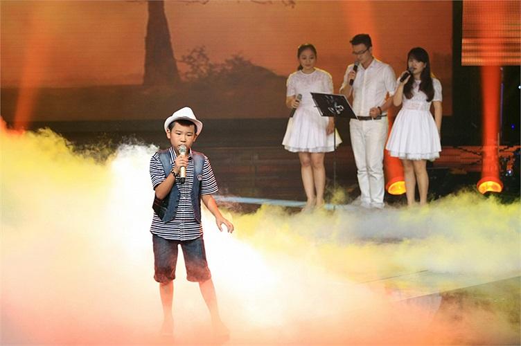 Quang Anh cũng là thí sinh nổi bật ngay từ vòng đầu với ca khúc Đám cưới chuột sôi động. Cậu bé sở hữu giọng hát đẹp, tinh tế và làm chủ sân khấu rất tốt.