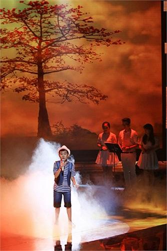 Lợi thế của Quang Anh là phong cách đa dạng, ngẫu hứng và luôn sẵn sàng khiến sân khấu bùng nổ.