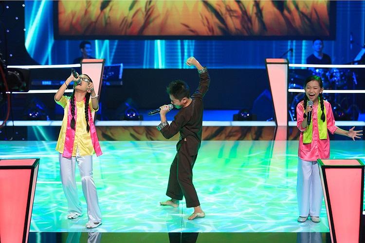 Phương Duyên, Quang Nhật cùng Phương Mỹ Chi đã thể hiện hòa hợp, cảm xúc khiến các huấn luyện viên đều xúc động, MC Trấn Thành cũng bật khóc.