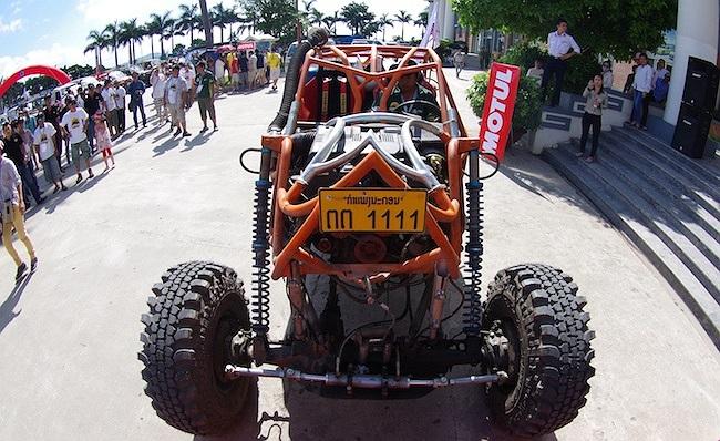 Và anh rất tự hào khi được giới thiệu chiếc xe địa hình chế do chính tay mình làm tại 'đại hội' lần này.(Ảnh: TTVH)
