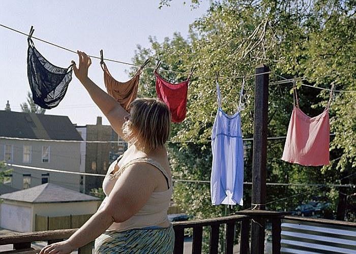 Một số bức ảnh mô tả cảnh chị Davis đang làm các công việc nhà trong cơ thể thiếu vải.