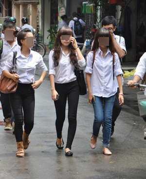 Dù trường cấm nhưng những chiếc quần bó sát được nhiều nữ sinh ưa thích mặc khi đến lớp