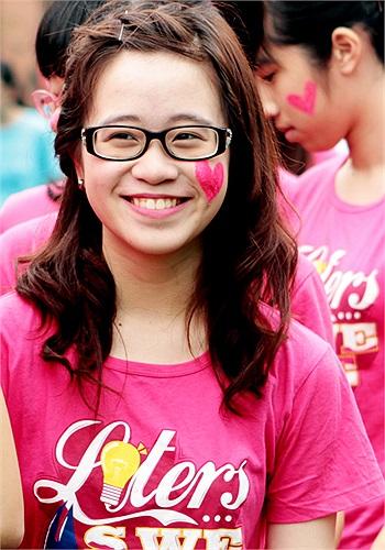 Trong đồng phục hồng, các cô gái học Văn của ngôi trường nổi tiếng bậc nhất Hà Nội xinh xắn không thua kém các hot girl. Các cô gái này với trái tim hồng bên má.