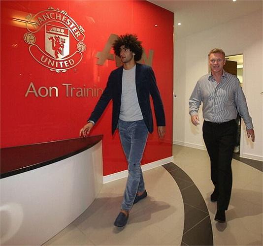 Marouane Fellaini và HLV David Moyes xuất hiện ở trung tâm huấn luyện Aon của MU.