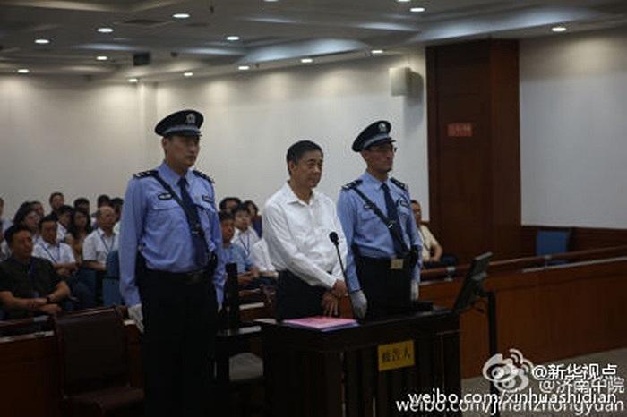 Hình ảnh đầu tiền của ông Bạc Hy Lai trong phiên tòa xét xử ở tòa án Tế Nam, Sơn Đông, Trung Quốc sáng 22/8